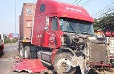"""Xe tải """"húc"""" đuôi container, 3 người thương vong"""