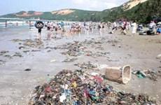 Bãi biển Nha Trang ngập ngụa trong rác thải