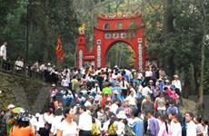 Du khách đến thắp hương Đền Hùng tăng đột biến