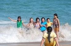 Biển Cửa Lò nhộn nhịp du khách dịp nắng nóng