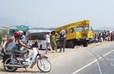 Ôtô khách kéo lê xe máy 500m, một người chết