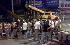 TP.HCM: Cần cẩu 35 tấn đứt cáp đổ xuống đường