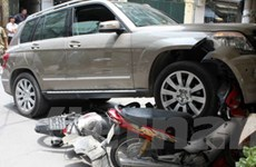 Ôtô đâm liên hoàn 6 xe máy tại trung tâm Hà Nội