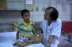 Một bé trai suýt tử vong vì nghịch rắn độc đã chết