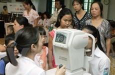 Khám mắt miễn phí cho học sinh trường thực nghiệm
