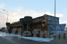 Xe container hóa chất bị lật trên cầu vượt Cát Lái