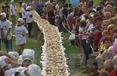 """Bánh nướng khổng lồ """"ngấp nghé"""" Sách kỷ lục Nga"""