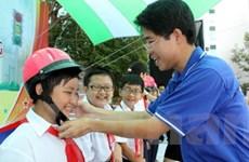 Trao tặng 2.900 mũ bảo hiểm cho học sinh tiểu học