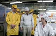 """CEO Apple """"ghi điểm"""" nhờ thăm nhà máy Foxconn"""