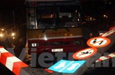 Đình chỉ lái xe buýt cố tình đâm đổ biển giao thông