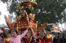 """Độc đáo tục """"chui kiệu cầu may"""" với lễ hội đền Và"""