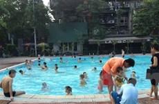 """Các bể bơi Hà Nội """"thu bộn"""" nhờ thời tiết nắng nóng"""