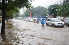 Mưa nhỏ cũng làm ngập nhiều tuyến phố Hà Nội