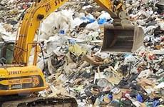 Đào bới 10 tấn rác để tìm chiếc nhẫn cưới