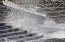 Những đợt sóng thần đầu tiên đã tràn vào Nhật
