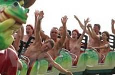 Hơn 100 người khỏa thân chơi tàu trượt mạo hiểm