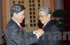 Tặng nguyên Chủ tịch nước huy hiệu 50 năm tuổi Đảng