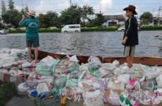 Hình ảnh người dân Thái Lan vật lộn với lũ lụt