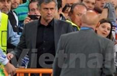 Mourinho lĩnh thẻ đỏ
