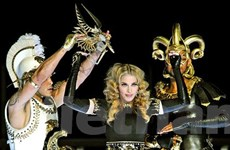 Máu, súng và tôn giáo trong đêm diễn của Madonna