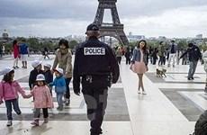 Binh sĩ Pháp bị đâm vào cổ ngay giữa thủ đô Paris