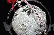 Quả cầu Giáng sinh gắn 1.600 viên kim cương