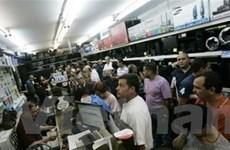 Venezuela phá giá nội tệ, dân đổ xô mua sắm