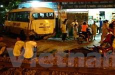 Cố vượt đường ray, xe khách đụng tàu hỏa