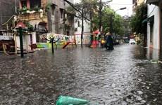 Cơn mưa lớn sáng 30/4 làm ngập một số tuyến phố ở Hà Nội