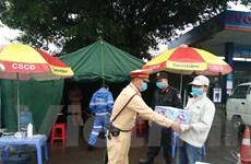 Tổ công tác Hà Nội đội mưa đảm bảo an toàn nơi đầu ngõ Thủ đô