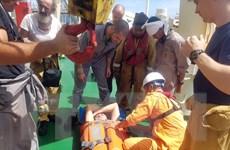 Cứu nạn thuyền viên người nước ngoài trên vùng biển Hoàng Sa