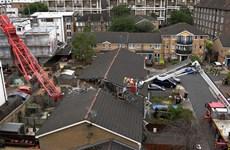Anh: Cần cẩu đổ vào nhà dân ở London, 5 người thương vong
