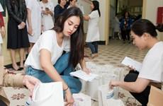 [Photo] Hoa hậu Tiểu Vy xúc động ngày vào viện K thăm bệnh nhân