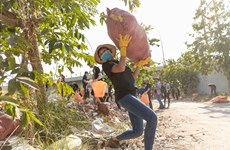 [Photo] Dàn Hoa hậu cùng chung tay dọn rác dưới nắng nóng 39 độ C