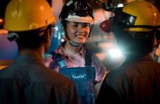 [Photo] Miss World Việt Nam: Thí sinh lấm lem làm công nhân môi trường