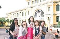 Hoa hậu Thế giới Mariem Velazco lần đầu diện áo dài khám phá Sài Gòn