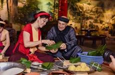 Bạn bè quốc tế thích thú tập gói bánh chưng và trải nghiệm Tết Việt