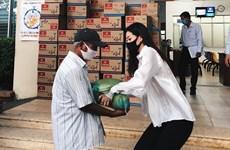 [Photo] Hoa hậu Khánh Vân cùng mẹ trao quà cho người dân khó khăn