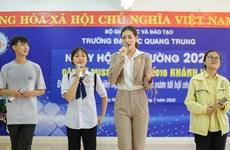 [Photo] Hoa hậu Khánh Vân tư vấn hướng nghiệp cho các em học sinh