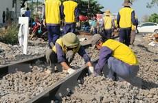 Thông tuyến đường sắt sau vụ tàu khách trật bánh ở Đồng Nai
