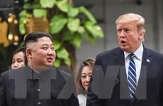 Hình ảnh Tổng thống Mỹ và Chủ tịch Triều Tiên đi dạo ở Metropole