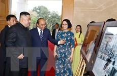 Chủ tịch Triều Tiên Kim Jong-un tham quan trưng bày ảnh của TTXVN