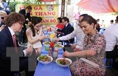 Hình ảnh Công chúa kế vị Thụy Điển thưởng thức món bún bò tại Hà Nội