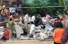 Sạt lở núi đá gây sập nhà dân, ba người may mắn thoát chết