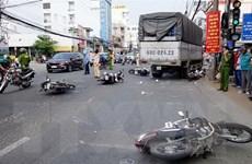 Xe tải đâm 6 xe máy dừng chờ đèn đỏ, nhiều người bị thương