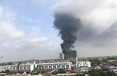 Đang cháy lớn tại khu vực gần cầu Đông Trù, cột khói đen bốc cao