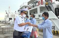 Bà Rịa-Vũng Tàu: Đưa 5 ngư dân bị chìm tàu trên biển về bờ an toàn