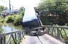 Bến Tre: Cầu bị sập do xe tải chở hàng vượt trọng tải cầu 3 lần
