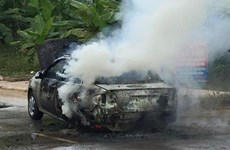 Ôtô bất ngờ bị cháy rụi, gây ùn tắc cục bộ trên đường Hồ Chí Minh