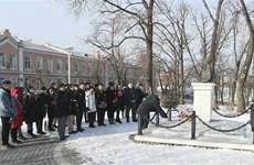Người Việt tại Vladivostok dâng hoa tưởng nhớ Chủ tịch Hồ Chí Minh
